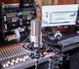 Grabación de cuñas, jingles y spots para radio y televisión.